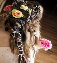 свадебные прически с живыми лилиями и фатой